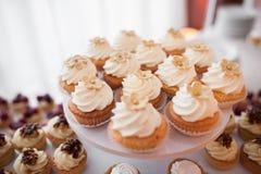 Ψημένα χαριτωμένα cupcakes Στοκ εικόνα με δικαίωμα ελεύθερης χρήσης