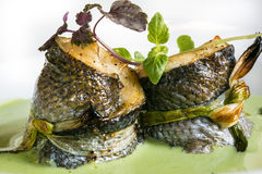 Ψημένα ψάρια στην πράσινη σάλτσα Στοκ Φωτογραφία