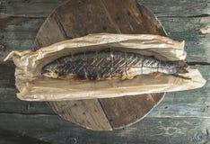 Ψημένα ψάρια ψαριών σολομών σε χαρτί ψησίματος στοκ εικόνα