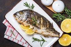 Ψημένα ψάρια dorado με το λεμόνι και το δεντρολίβανο στοκ εικόνες