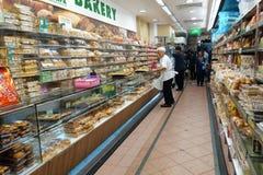 Ψημένα ψωμιά που πωλούνται σε ένα κατάστημα αρτοποιείων Στοκ Φωτογραφία