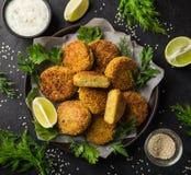 Ψημένα chickpeas falafel patties με τη σάλτσα γιαουρτιού σκόρδου Στοκ εικόνες με δικαίωμα ελεύθερης χρήσης