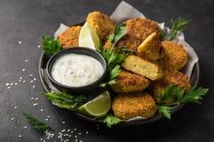 Ψημένα chickpeas falafel patties με τη σάλτσα γιαουρτιού σκόρδου Στοκ φωτογραφία με δικαίωμα ελεύθερης χρήσης