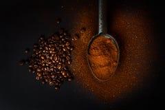 ψημένα coffe φασόλια και έδαφος coffe Στοκ Εικόνες