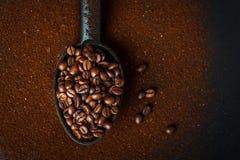ψημένα coffe φασόλια και έδαφος coffe στοκ εικόνα