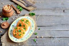 Ψημένα cutlets μπιζελιών σε ένα πιάτο Υγιή cutlets διατροφής που μαγειρεύονται από τα κίτρινα ξηρά μπιζέλια και που διακοσμούνται Στοκ Εικόνες