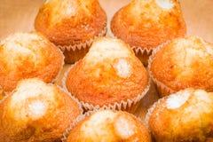 Ψημένα muffins στον πίνακα στοκ εικόνα με δικαίωμα ελεύθερης χρήσης