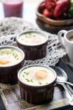 Ψημένα Shirred αυγά για το πρόγευμα Στοκ Εικόνες