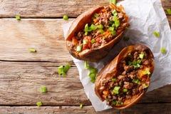 Ψημένες γλυκές πατάτες που γεμίζονται με το επίγειο βόειο κρέας με τις ντομάτες και Στοκ φωτογραφίες με δικαίωμα ελεύθερης χρήσης