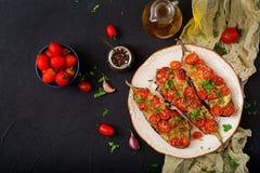 Ψημένες μελιτζάνες με τη μοτσαρέλα και ντομάτες με τα ιταλικά χορτάρια Στοκ Εικόνα