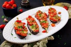 Ψημένες μελιτζάνες με τη μοτσαρέλα και ντομάτες με τα ιταλικά χορτάρια Στοκ εικόνα με δικαίωμα ελεύθερης χρήσης