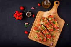 Ψημένες μελιτζάνες με τη μοτσαρέλα και ντομάτες με τα ιταλικά χορτάρια Στοκ Εικόνες