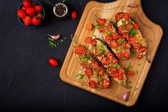Ψημένες μελιτζάνες με τη μοτσαρέλα και τις ντομάτες Στοκ φωτογραφία με δικαίωμα ελεύθερης χρήσης