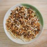 Ψημένες νιφάδες καρύδων σε ένα στρογγυλό πιάτο Στοκ Εικόνα