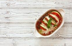 Ψημένες ντομάτες, κολοκύθια και μοτσαρέλα κοτόπουλου γεμισμένες στήθος Στοκ Φωτογραφία