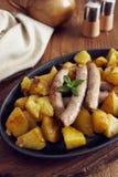 Ψημένες λουκάνικα και πατάτες Στοκ Εικόνες