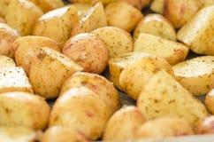 Ψημένες πατάτες με το δεντρολίβανο και τα καρυκεύματα Έτοιμος να μαγειρεψει, ψημένος Στοκ Εικόνες