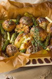 Ψημένες πατάτες με το σπαράγγι και το σκόρδο Στοκ Εικόνες