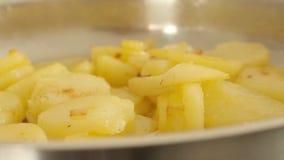 Ψημένες πατάτες σε ένα τηγάνι φιλμ μικρού μήκους