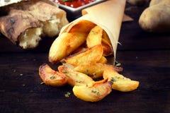 Ψημένες πατάτες στον πίνακα στοκ εικόνες με δικαίωμα ελεύθερης χρήσης