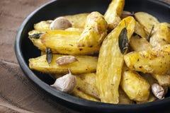 Ψημένες πατάτες ψαριών με τα λογικά φύλλα και το σκόρδο Στοκ εικόνα με δικαίωμα ελεύθερης χρήσης