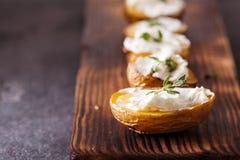 Ψημένες πικάντικες πατάτες με το θυμάρι στην περγαμηνή Στοκ Εικόνες