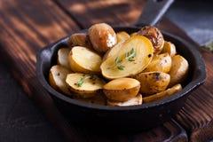 Ψημένες πικάντικες πατάτες με το θυμάρι στην περγαμηνή Στοκ εικόνες με δικαίωμα ελεύθερης χρήσης