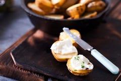 Ψημένες πικάντικες πατάτες με το θυμάρι στην περγαμηνή Στοκ εικόνα με δικαίωμα ελεύθερης χρήσης