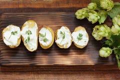 Ψημένες πικάντικες πατάτες με το θυμάρι στην περγαμηνή Στοκ φωτογραφία με δικαίωμα ελεύθερης χρήσης