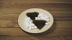 Ψημένες σκοτεινές βάφλες στη μορφή της καρδιάς στο πιάτο, ρομαντικό επιδόρπιο φιλμ μικρού μήκους