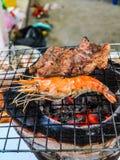 Ψημένες στη σχάρα γαρίδες και ψημένο χοιρινό κρέας Στοκ Εικόνες