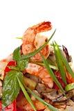 Ψημένες στη σχάρα γαρίδες που εξυπηρετούνται με τα ψημένα κρεμμύδια λαχανικών και άνοιξη Στοκ εικόνες με δικαίωμα ελεύθερης χρήσης