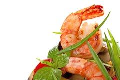 Ψημένες στη σχάρα γαρίδες που εξυπηρετούνται με τα ψημένα κρεμμύδια λαχανικών και άνοιξη Στοκ Εικόνες