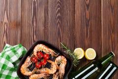Ψημένες στη σχάρα γαρίδες στο τηγάνισμα του τηγανιού και της μπύρας Στοκ εικόνες με δικαίωμα ελεύθερης χρήσης
