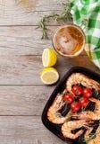 Ψημένες στη σχάρα γαρίδες στο τηγάνισμα του τηγανιού και της μπύρας Στοκ Φωτογραφίες