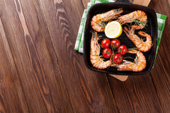 Ψημένες στη σχάρα γαρίδες στο τηγάνισμα του τηγανιού Στοκ φωτογραφία με δικαίωμα ελεύθερης χρήσης