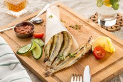 Ψημένες στη σχάρα θαλασσινά σαρδέλλες που εξυπηρετούνται με τα λαχανικά στην παραδοσιακή ελληνική ταβέρνα στοκ εικόνα με δικαίωμα ελεύθερης χρήσης