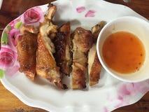Ψημένες στη σχάρα κοτόπουλο και σάλτσα Στοκ Εικόνα