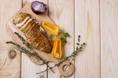 Ψημένες στη σχάρα λωρίδες κοτόπουλου στον ξύλινο πίνακα με το κρεμμύδι, το πιπέρι και το δεντρολίβανο διάστημα αντιγράφων Ελαφριά στοκ εικόνα με δικαίωμα ελεύθερης χρήσης