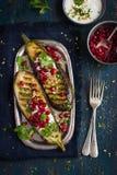 Ψημένες στη σχάρα μελιτζάνες με τη σάλτσα, τα ξύλα καρυδιάς και το pomegran γιαουρτιού σκόρδου Στοκ Εικόνες