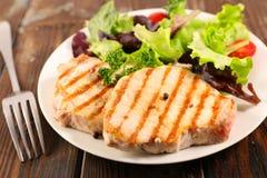 Ψημένες στη σχάρα μπριζόλα και σαλάτα χοιρινού κρέατος στοκ φωτογραφία με δικαίωμα ελεύθερης χρήσης