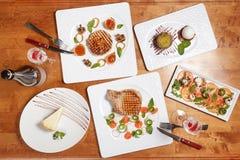 Ψημένες στη σχάρα μπριζόλες λωρίδων κρέατος με τα λαχανικά και τη caprese σαλάτα Στοκ φωτογραφία με δικαίωμα ελεύθερης χρήσης