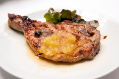 Ψημένες στη σχάρα μπριζόλες χοιρινού κρέατος με τα λαχανικά και τη σάλτσα ανανά Στοκ εικόνες με δικαίωμα ελεύθερης χρήσης
