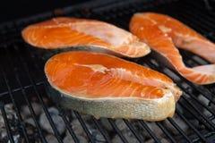 Ψημένες στη σχάρα μπριζόλες ψαριών σολομών κόκκινες στη φλεμένος σχάρα Στοκ φωτογραφία με δικαίωμα ελεύθερης χρήσης