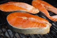 Ψημένες στη σχάρα μπριζόλες ψαριών σολομών κόκκινες στη φλεμένος σχάρα Στοκ Εικόνες