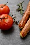 Ψημένες στη σχάρα ντομάτες με τα λουκάνικα Στοκ Εικόνες