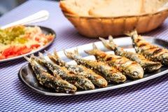 Ψημένες στη σχάρα σαρδέλλες με τη σαλάτα, το ψωμί και την πατάτα Στοκ Φωτογραφίες