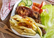 Ψημένες στη σχάρα φούρνος κοτόπουλο και τηγανιτές πατάτες Στοκ Εικόνες