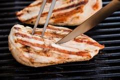 Ψημένες στη σχάρα λωρίδες στηθών κοτόπουλου BBQ με το δίκρανο στοκ εικόνες