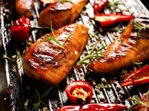 Ψημένες στη σχάρα λωρίδες του κοτόπουλου στο πικάντικο μαρινάρισμα με την προσθήκη του τσίλι σε ένα τηγάνι σχαρών Στοκ εικόνα με δικαίωμα ελεύθερης χρήσης